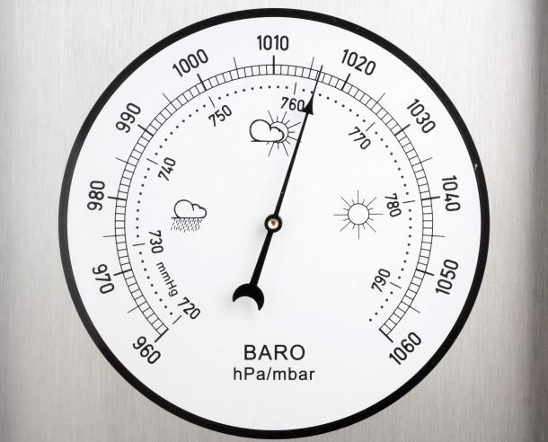 ¿Cómo se mide la presión atmosférica con un barométro?